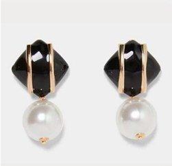 Örhänge i svart och guld med stor pärla