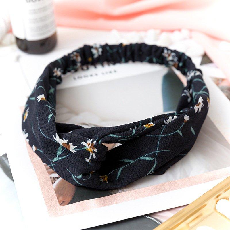 Hårband med blomstermönster i färgen svart