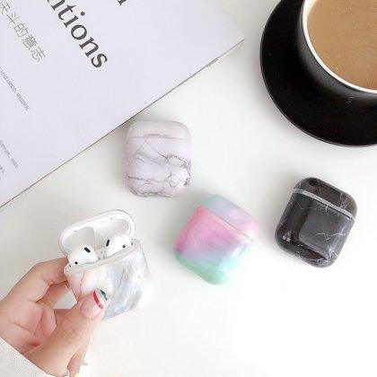 Skydd för Airpods-fodral i svart med vita marmormönster