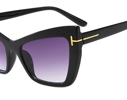 Svarta solglasögon med lila glas