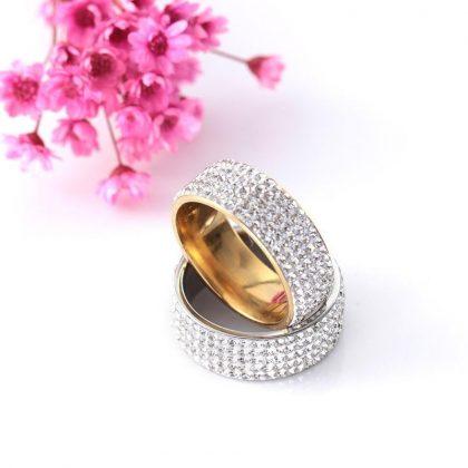 Vacker ring med Zirkon strass guld och silver