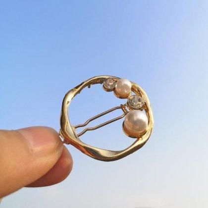 Vacker hårklämma med strass och pärlor i cirkel