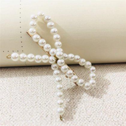 Hårklämma med pärlor i form av en rosett