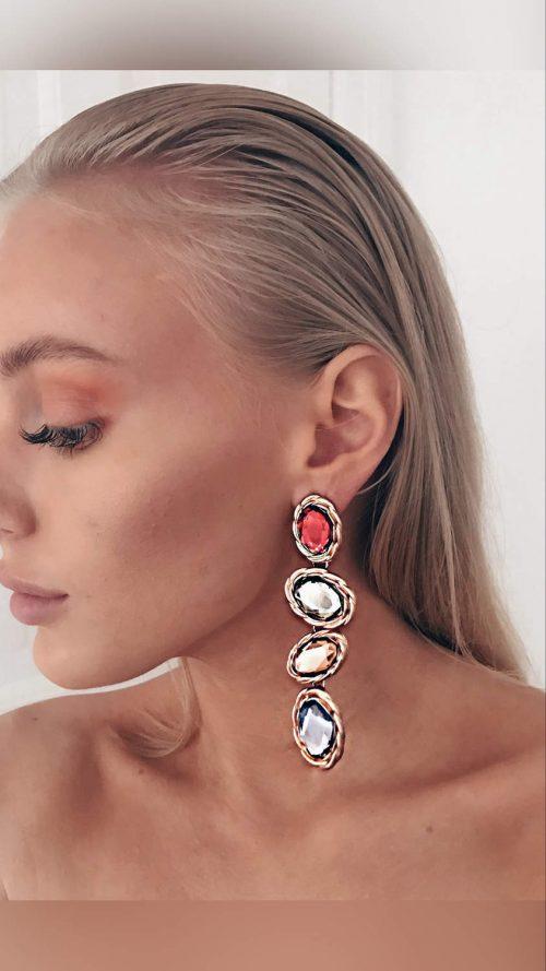 Dinglande örhängen med färgade stenar