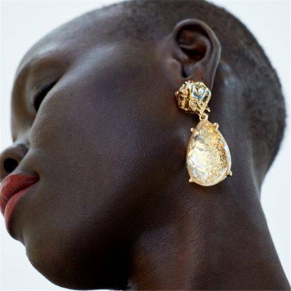 Örhänge i guld med transparent sten