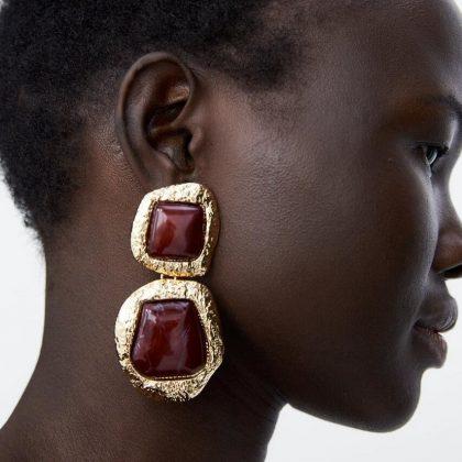 Örhänge i guld med röda stora stenar