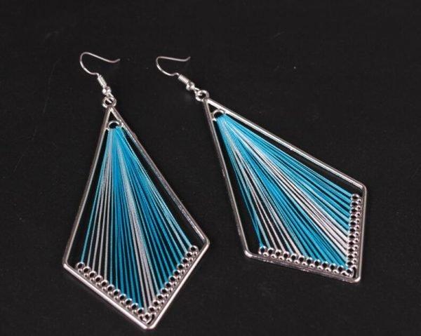 Handgjort örhänge med silkestrådar indian ljusblå