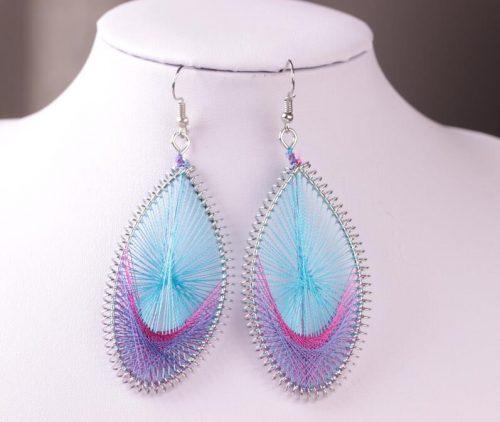 Handgjort exotiskt örhänge med silkestrådar blå rosa