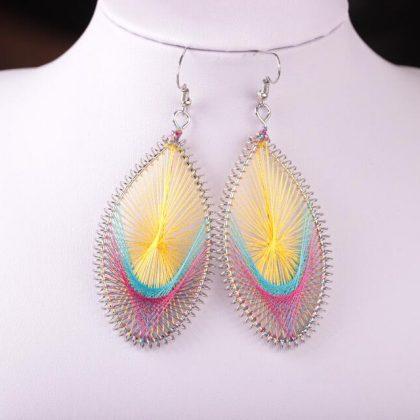 Handgjort exotiskt örhänge med silkestrådar gul rosa