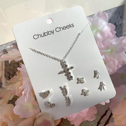 Silverpläterat set med 4 stk örhängen och matchande halsband