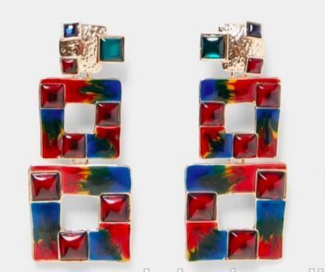 Exoktiska örhängen med flerfärgade kvadrater