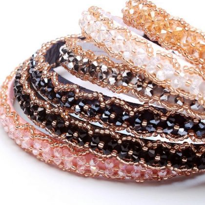 Vackert diadem med broderade pärlor och strass flera färger