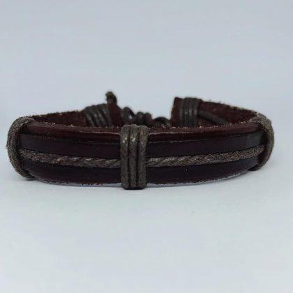 Handgjort snurrat armband i äkta läder i autentisk stil brun