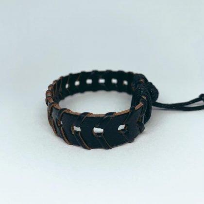Ett handgjort armband för män små hål band svart