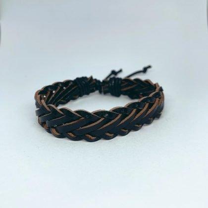 Ett handgjort armband för män läder i svart läder