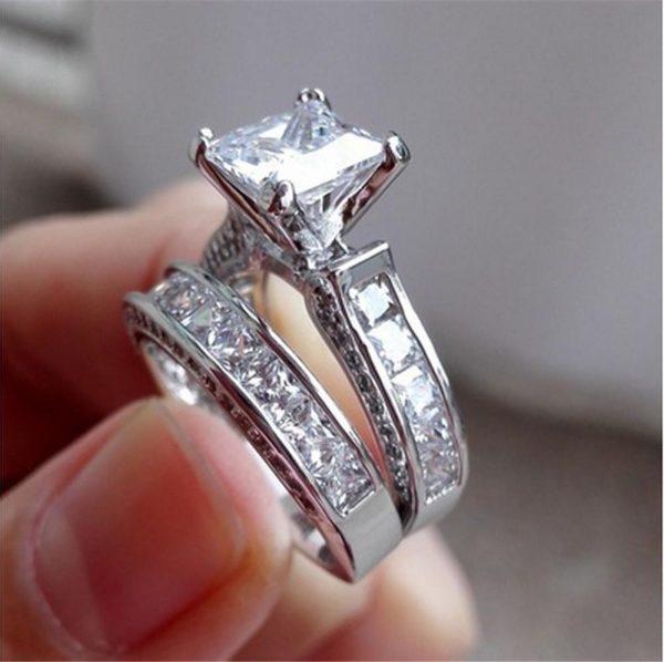 Klassisk vacker dubbel ring med stor sten i zirkon