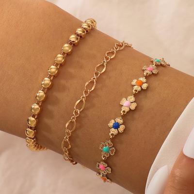 Set á 3 stk rhodiumpläterade armband med blommor i olika färger