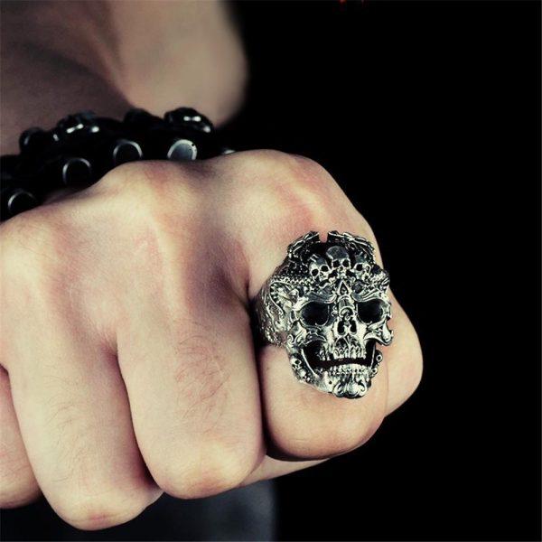 Stor tung ring med döskallar punk rock goth guld