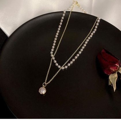 Vackert dubbelt halsband med sötvattenspärlor kort kedja