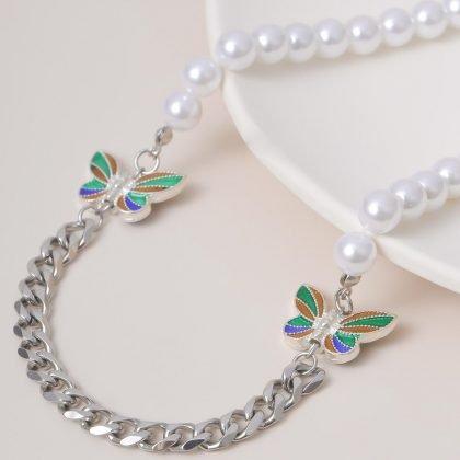 Unikt halsband med färgglada fjärilar, pärlor och kedja