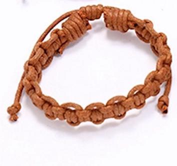Brunt armband med knutar naturligt mönster
