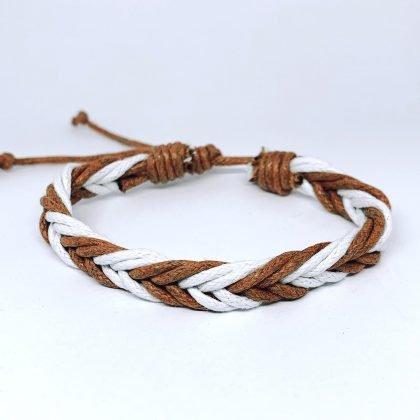 Flätat handgjort armband med vita och bruna snören