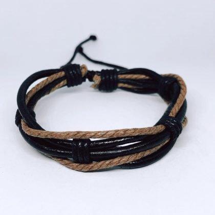 Flätat handgjort armband med bruna och svarta band