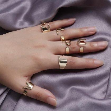 Guldpläterad ring med bokstäver minimalistisk justerbar